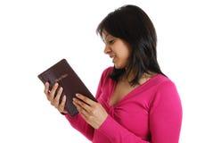 чтение библии порученное христианкой Стоковые Фото