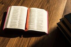 Чтение библии утра на деревянном поле Стоковые Фотографии RF