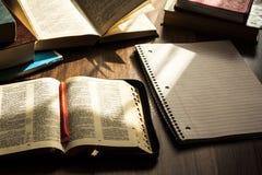 Чтение библии утра на деревянном поле Стоковое Изображение