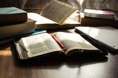 Чтение библии утра на деревянном поле Стоковые Изображения