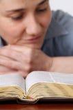 чтение библии Стоковые Фотографии RF