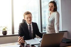 Чтение бизнесмена и контракт обсуждать с коллегой Стоковое Изображение