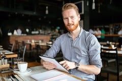 Чтение бизнесмена на проломе Стоковое Изображение RF
