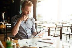 Чтение бизнесмена на проломе Стоковые Изображения