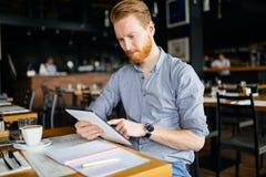 Чтение бизнесмена на проломе Стоковое Фото