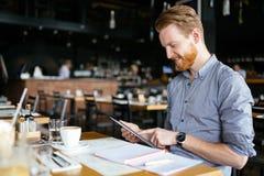 Чтение бизнесмена на проломе Стоковые Фото