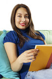 чтение брюнет ослабляя стоковые фото