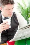 чтение весточки кофе бизнесмена выпивая серьезное стоковые изображения