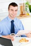 чтение весточки удерживания кофе бизнесмена красивое Стоковая Фотография RF
