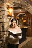 чтение взрослой книги женское среднее Стоковое Изображение RF
