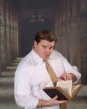 чтение взрослой книги мыжское старое Стоковые Фото