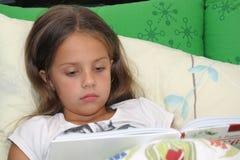 чтение время ложиться спать Стоковые Фотографии RF