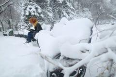 Чтение в снеге, усаживание девушки на стенде Стоковая Фотография