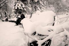 Чтение в снеге, усаживание девушки на стенде Стоковое фото RF