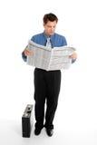 чтение газеты бизнесмена Стоковые Изображения