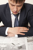 чтение газеты бизнесмена Стоковое Изображение RF