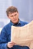 чтение газеты человека возмужалое стоковая фотография rf