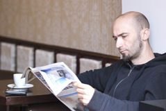 чтение газеты человека Стоковые Фотографии RF