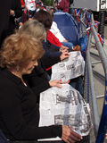 чтение газеты Стоковая Фотография RF