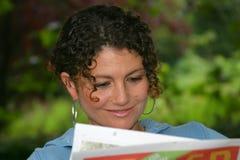 чтение газеты Стоковое Изображение RF