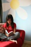 чтение девушки домашнее Стоковые Фотографии RF