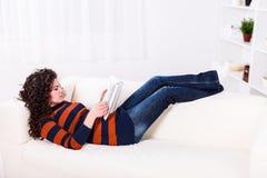 Чтение девушки дома Стоковое Изображение