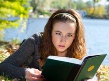 чтение девушки запутанности книги eyed крестом Стоковая Фотография RF