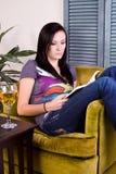 чтение девушки книги выпивая Стоковое Изображение RF