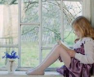 чтение девушки книги крытое Стоковое Изображение