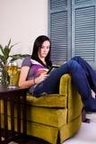 чтение девушки книги милое выпивая Стоковые Изображения