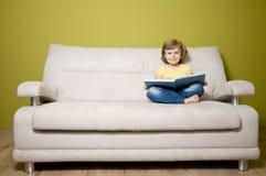 чтение девушки книги милое Стоковое Фото