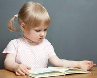 чтение девушки книги младенца Стоковые Фото
