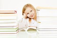 чтение девушки книги Стоковые Изображения RF