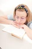 чтение девушки книги Стоковые Изображения