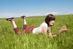чтение девушки книги Стоковые Фотографии RF