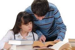 чтение девушки мальчика Стоковое фото RF