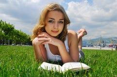 чтение девушки напольное стоковое изображение rf