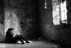 чтение девушки подростковое Стоковые Фото