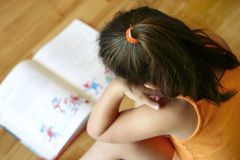 чтение девушки стоковое фото