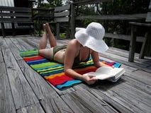 чтение девушки Стоковые Фото