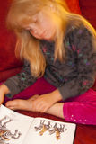 чтение девушки 3 книг Стоковые Изображения