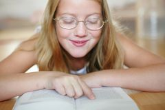 чтение девушки Стоковое Изображение RF