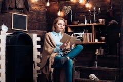 Чтение для ее собственной наслаждения Милая женщина прочитала книгу Студент женщины наслаждается прочитать грамотность Студент по стоковые фото