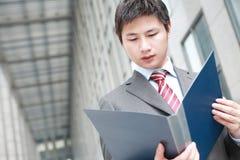 чтение документа бизнесмена напольное Стоковое Изображение RF