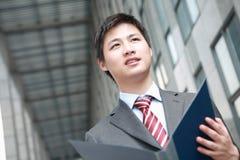 чтение документа бизнесмена напольное Стоковые Фото