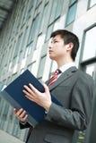 чтение документа бизнесмена напольное Стоковое фото RF