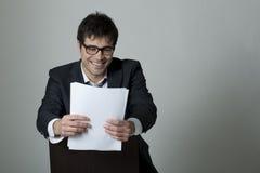 чтение документа бизнесмена стоковое фото rf