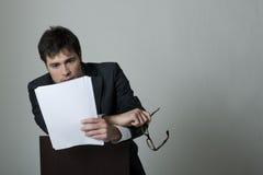 чтение документа бизнесмена стоковая фотография