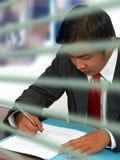 чтение документа бизнесмена Стоковые Изображения RF