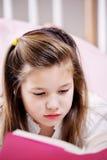 чтение домашней работы девушки Стоковая Фотография